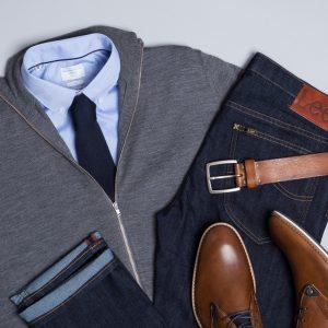 Der elegante Auftritt in Begleitung Deiner Jeans gelingt Dir, wenn Du sie zum hellblauen Hemd, grauer Jacke und braunen Accessoires kombinierst. Dazu passt die dunkelblaue Krawatte.
